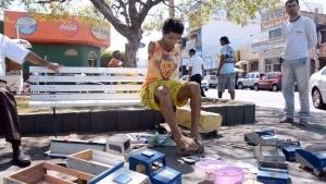 Ein Mann ohne Arme baut Spielzeug für Kinder | Handwerk | Was is hier eigentlich los? | wihel.de