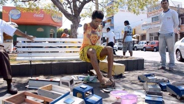 Ein Mann ohne Arme baut Spielzeug für Kinder | Handwerk | Was is hier eigentlich los?