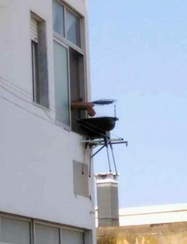 Das Genie der Woche: Grillen auf dem Balkon - ohne Balkon | Lustiges | Was is hier eigentlich los?