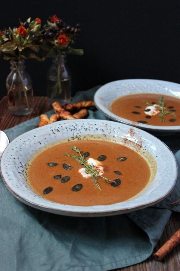 Line kocht Süßkartoffel-Ahornsirup-Suppe mit Zimt-Zucker-Cheddar-Knusperstangen | Line kocht | Was is hier eigentlich los? | wihel.de