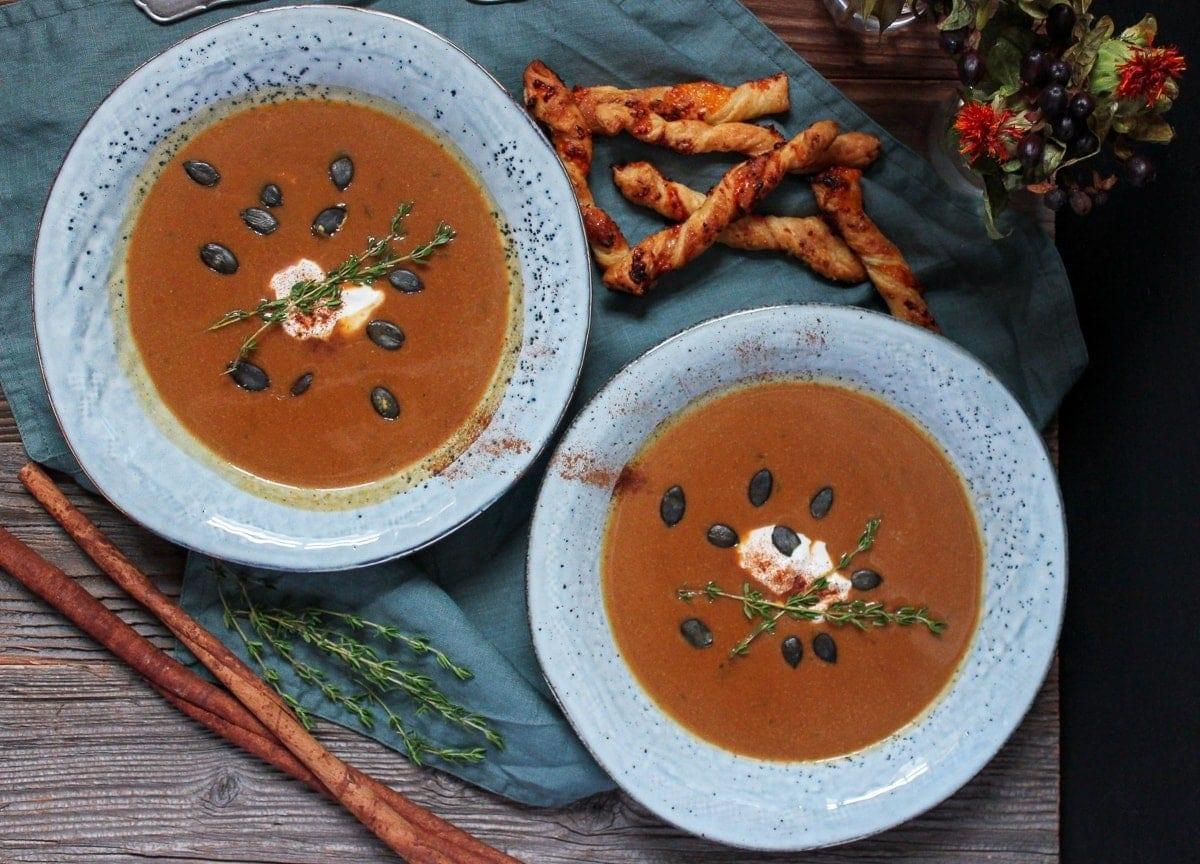 Line kocht Süßkartoffel-Ahornsirup-Suppe mit Zimt-Zucker-Cheddar-Knusperstangen | Line kocht | Was is hier eigentlich los?