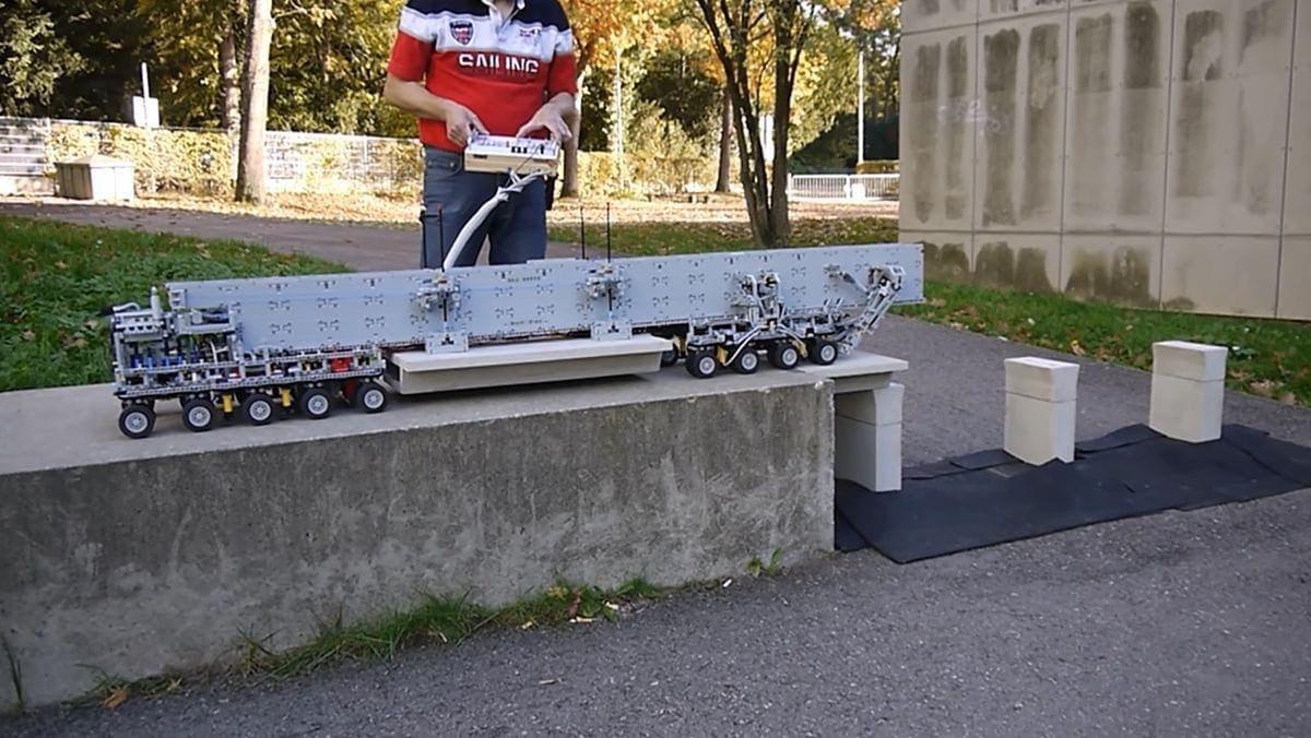 Eine Brückenbaumaschine aus LEGO Technic gebastelt | Gadgets | Was is hier eigentlich los?