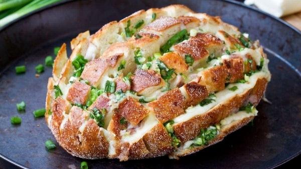 Wie man warmes Käse-Frühlingszwiebel-Brot macht - Bloomin' Onion Bread | Essen und Trinken | Was is hier eigentlich los?