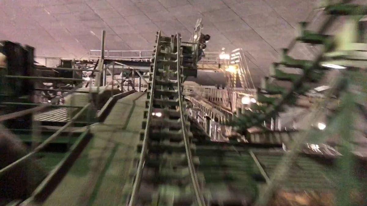 Die Space Mountain-Achterbahn im Disneyland bei eingeschaltetem Licht | Awesome | Was is hier eigentlich los?