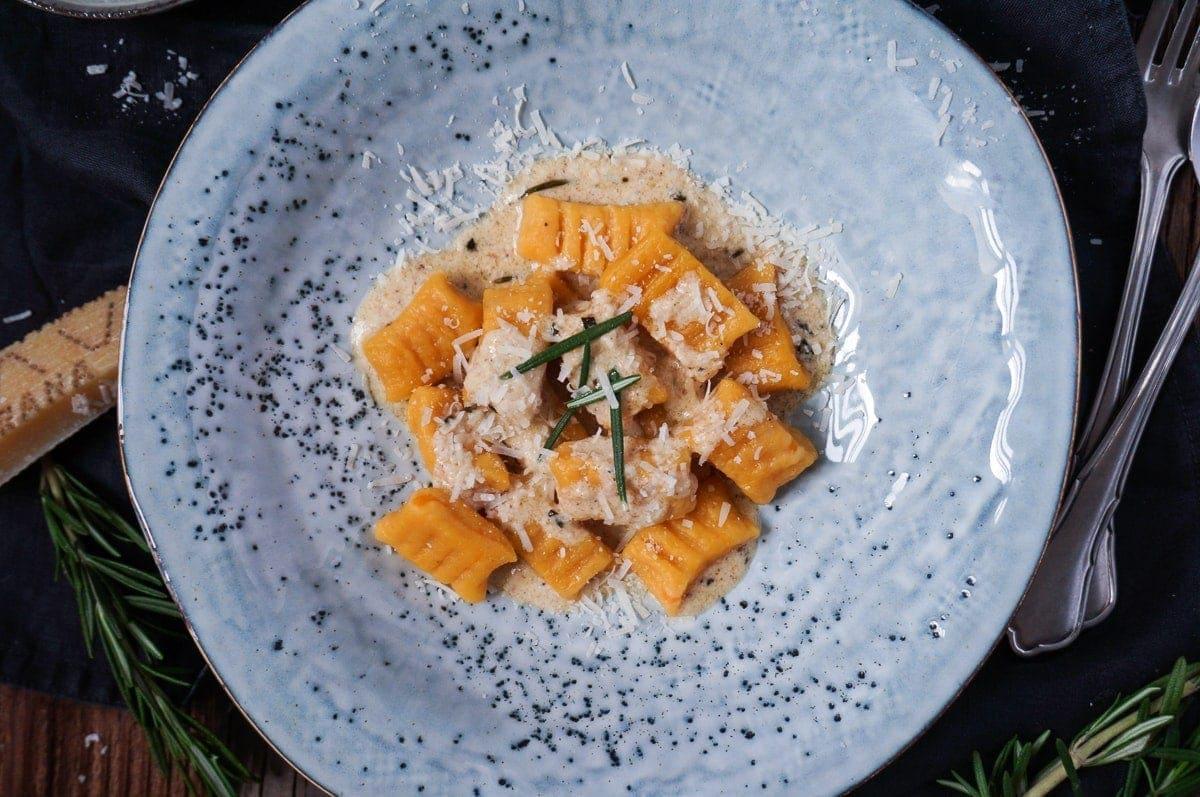 Line kocht Süßkartoffel-Gnocchi in Parmesan-Rosmarin-Soße | Line kocht | Was is hier eigentlich los?