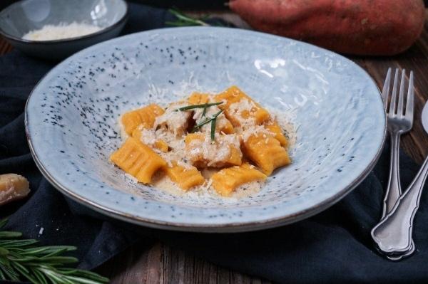 Line kocht Süßkartoffel-Gnocchi in Parmesan-Rosmarin-Soße | Line kocht | Was is hier eigentlich los? | wihel.de