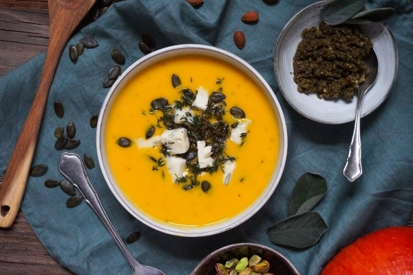 Line macht Kürbissuppe mit Salbei-Walnuss-Pesto und Gorgonzola | Line kocht | Was is hier eigentlich los? | wihel.de