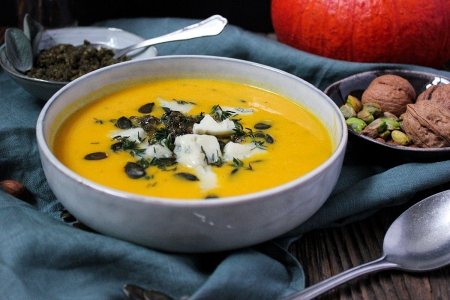 Line macht Kürbissuppe mit Salbei-Walnuss-Pesto und Gorgonzola | Line kocht | Was is hier eigentlich los?