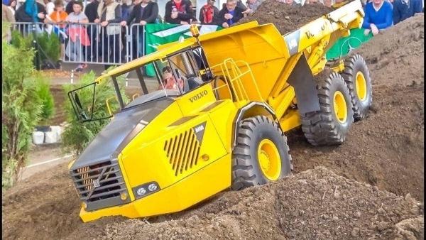 Riesige, ferngesteuerte Trucks und Baumaschinen in Aktion | Gadgets | Was is hier eigentlich los? | wihel.de