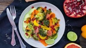 Line macht bunten Wintersalat mit Brokkoli, Granatapfel und Grapefruit | Line kocht | Was is hier eigentlich los? | wihel.de