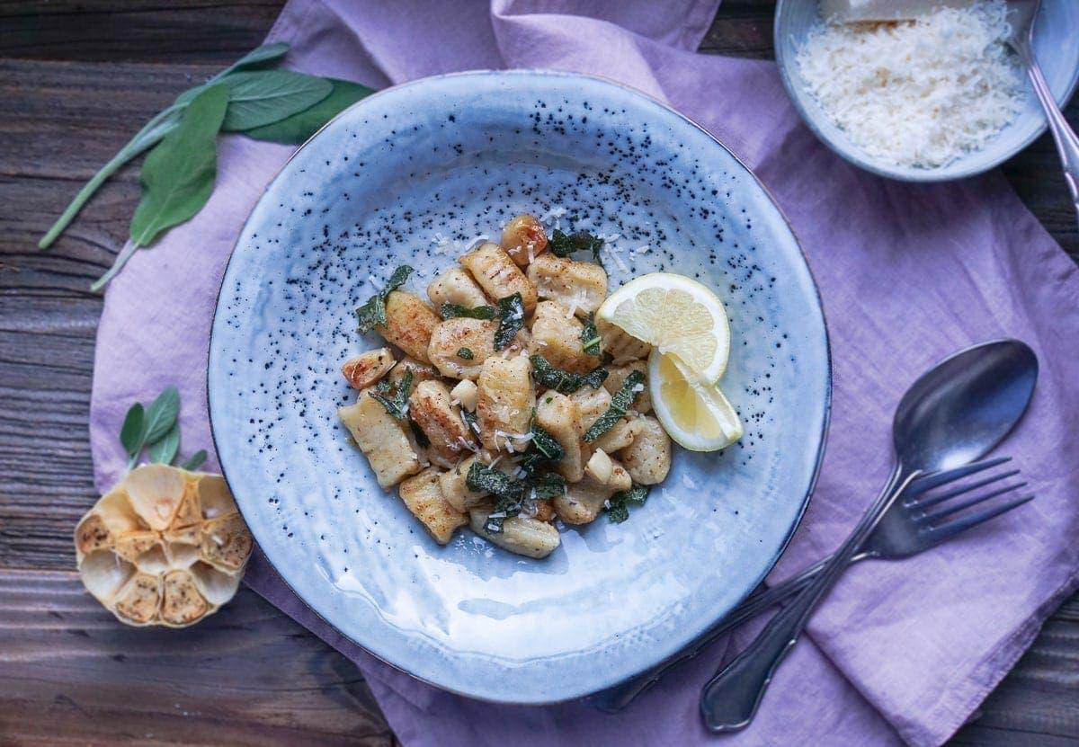 Line kocht Knoblauch-Gnocchi mit frittiertem Salbei in brauner Butter | Line kocht | Was is hier eigentlich los?