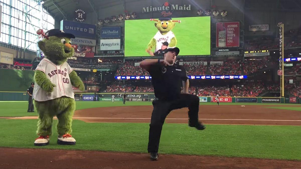Wenn das Maskottchen den Sicherheitsmann zum Tanzen herausfordert | Lustiges | Was is hier eigentlich los?