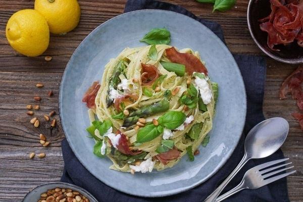 Line kocht Pasta mit grünem Spargel, Ricotta und knusprigem Proscuitto   Line kocht   Was is hier eigentlich los?   wihel.de