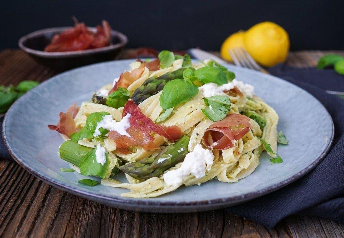 Line kocht Pasta mit grünem Spargel, Ricotta und knusprigem Proscuitto | Line kocht | Was is hier eigentlich los?