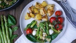 Line kocht italienische Gemüsepfanne mit grünem Spargel, Tomaten und Mozzarella | Line kocht | Was is hier eigentlich los? | wihel.de