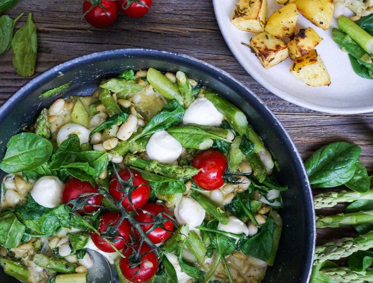 Line kocht italienische Gemüsepfanne mit grünem Spargel, Tomaten und Mozzarella   Line kocht   Was is hier eigentlich los?