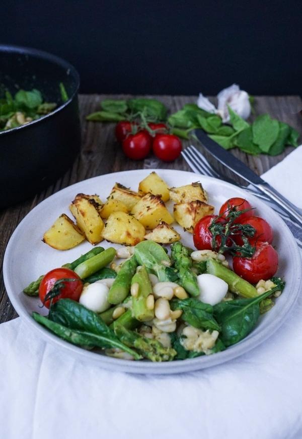 Line kocht italienische Gemüsepfanne mit grünem Spargel, Tomaten und Mozzarella | Line kocht | Was is hier eigentlich los?