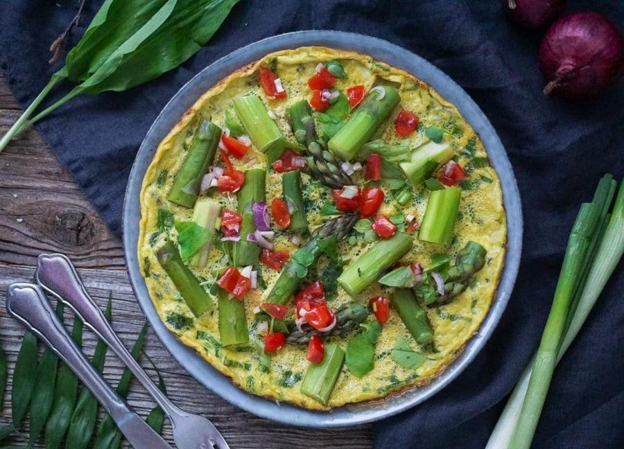 Line macht Bärlauch-Omelette mit grünem Spargel | Line kocht | Was is hier eigentlich los?