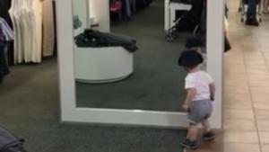 Ein Kind und die Magie eines Spiegels | Lustiges | Was is hier eigentlich los? | wihel.de