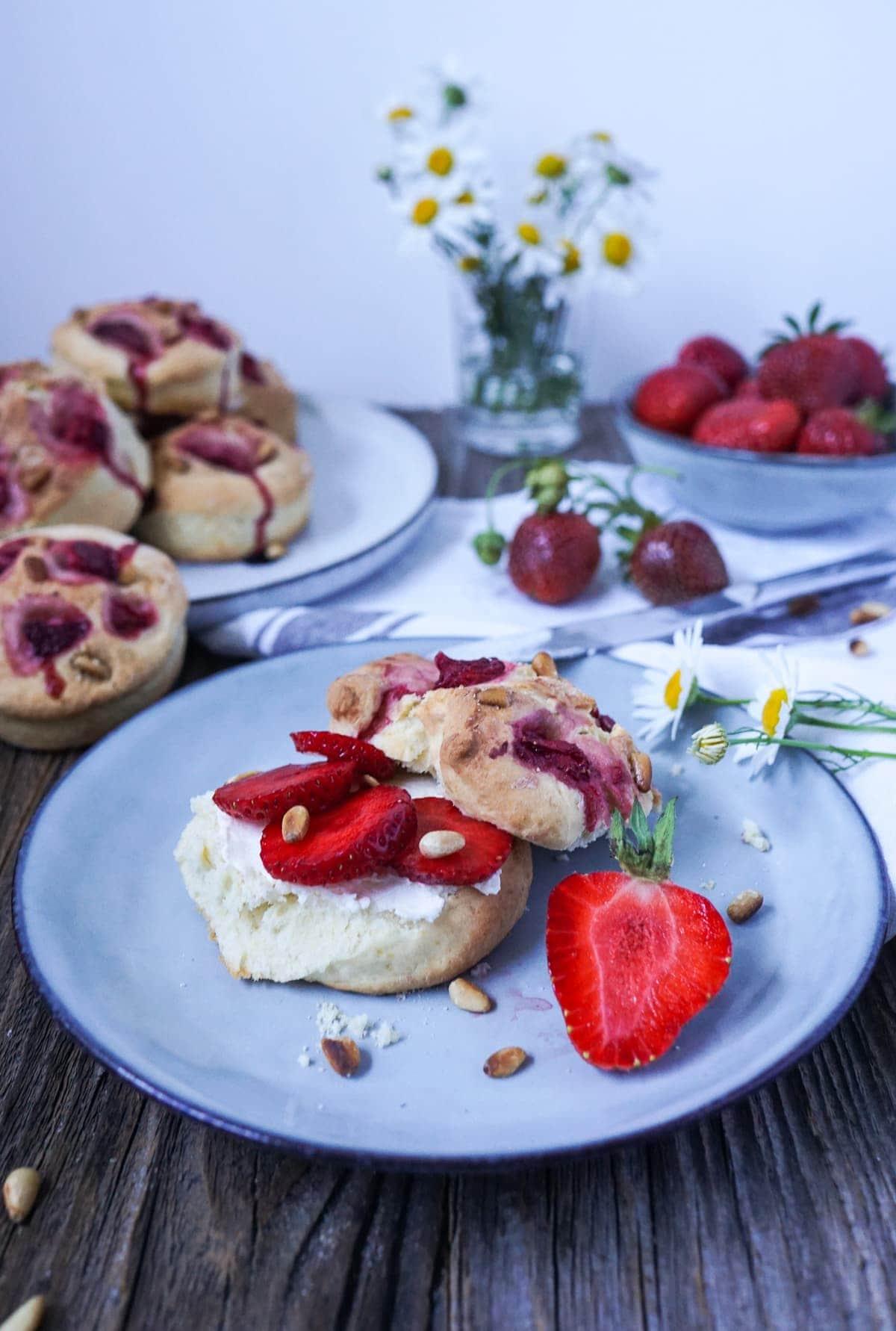 Line backt Erdbeer-Scones mit Pinienkernen | Line backt | Was is hier eigentlich los?