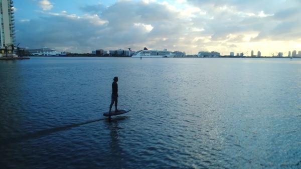Mit dem eFoil einfach mal durch Miami surfen | Gadgets | Was is hier eigentlich los? | wihel.de