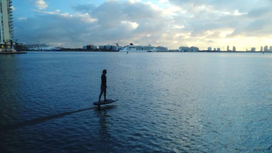 Mit dem eFoil einfach mal durch Miami surfen | Gadgets | Was is hier eigentlich los?