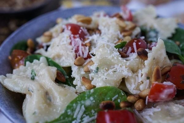 Line macht Nudelsalat mit Spinat, Tomaten und Parmesan-Knoblauch-Soße | Line kocht | Was is hier eigentlich los? | wihel.de
