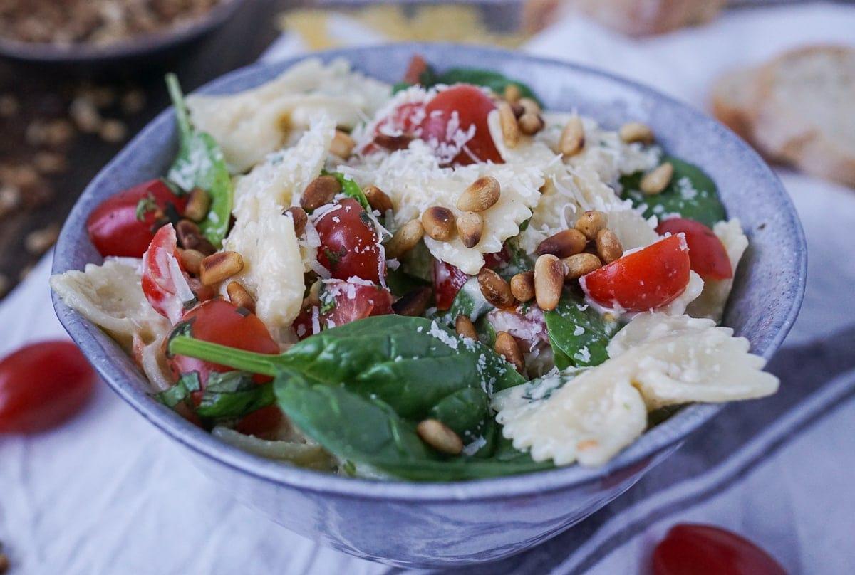 Line macht Nudelsalat mit Spinat, Tomaten und Parmesan-Knoblauch-Soße | Line kocht | Was is hier eigentlich los?