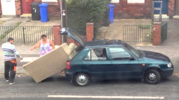 Wenn die Couch einfach zu groß fürs Auto ist | Lustiges | Was is hier eigentlich los? | wihel.de