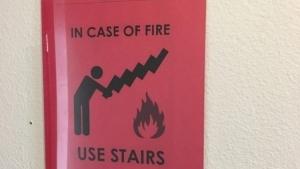 Endlich klar: Wie man im Brandfall die Treppe richtig benutzt | Lustiges | Was is hier eigentlich los?