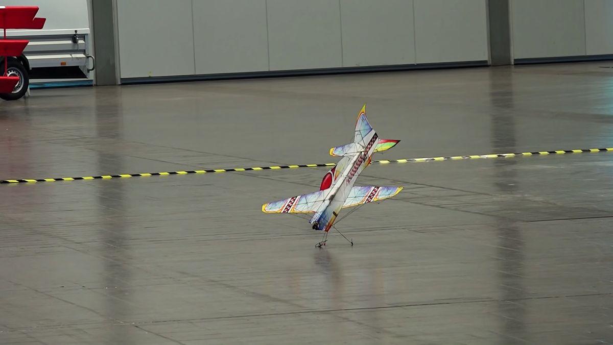 Ferngesteuerte Modellflugzeug-Akrobatik | Gadgets | Was is hier eigentlich los?