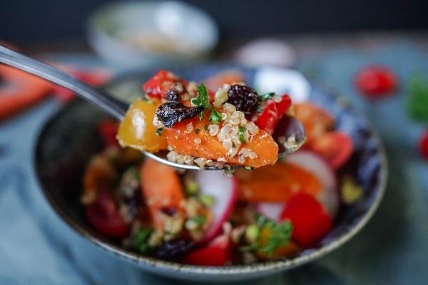 Line macht marokkanischen Quinoa-Möhrensalat | Line kocht | Was is hier eigentlich los? | wihel.de