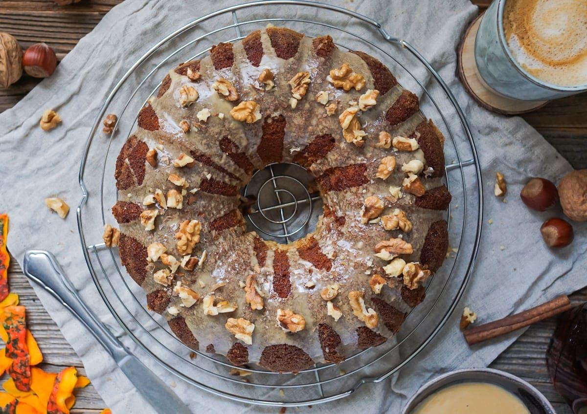 Line backt saftigen Kürbiskuchen mit Zimt-Crunch und Espresso-Ahornsirup-Guss | Line backt | Was is hier eigentlich los?