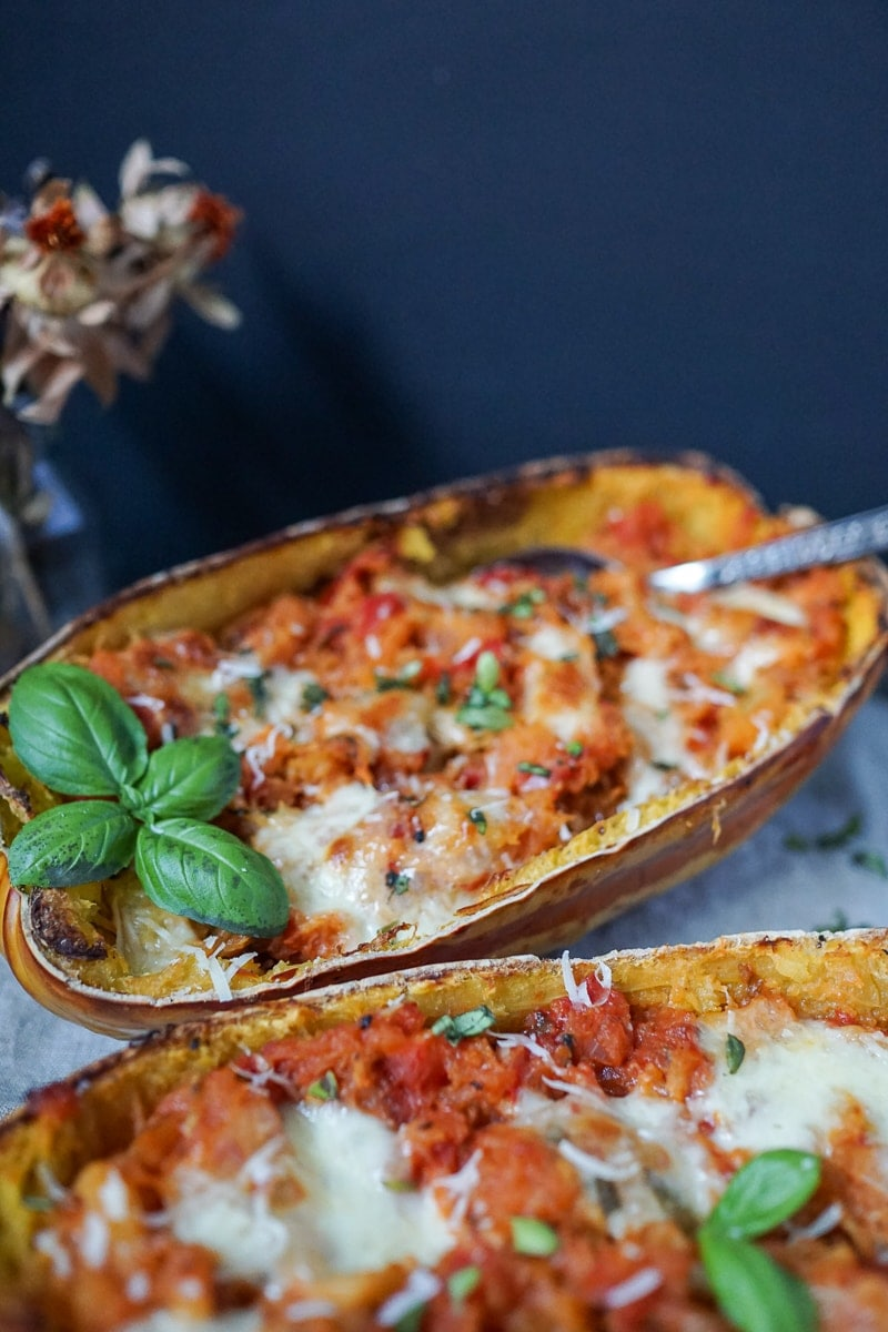 Line macht gefüllten Spaghettikürbis mit Tomatensoße und Mozzarella | Line kocht | Was is hier eigentlich los?