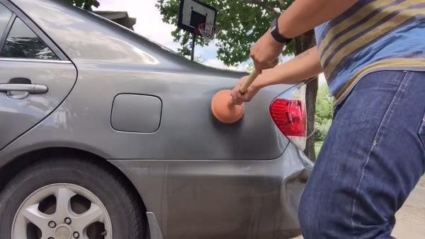 Wie man Dellen einfach selbst aus dem Wagen bekommt | Handwerk | Was is hier eigentlich los? | wihel.de