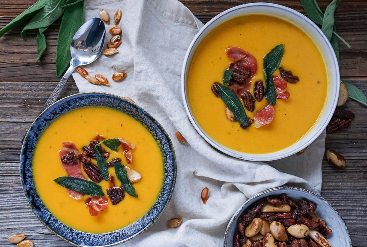 Line kocht Kürbissuppe mit Pancetta und karamellisierten Ahornsirup-Nüssen | Line kocht | Was is hier eigentlich los?