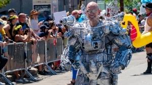 Ein Typ, der sich ein Roboterkostüm aus Haushaltskram bastelt | Nerd-Kram | Was is hier eigentlich los? | wihel.de