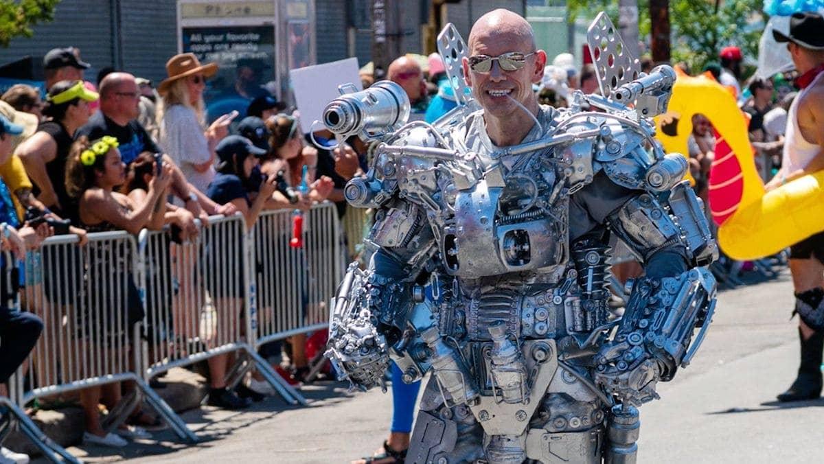 Ein Typ, der sich ein Roboterkostüm aus Haushaltskram bastelt | Nerd-Kram | Was is hier eigentlich los?