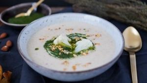 Line kocht Blumenkohl-Mandel-Suppe mit Kräutern und Naan | Line kocht | Was is hier eigentlich los? | wihel.de
