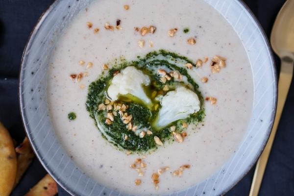 Line kocht Blumenkohl-Mandel-Suppe mit Kräutern und Naan   Line kocht   Was is hier eigentlich los?   wihel.de