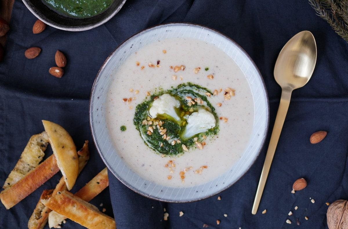 Line kocht Blumenkohl-Mandel-Suppe mit Kräutern und Naan | Line kocht | Was is hier eigentlich los?