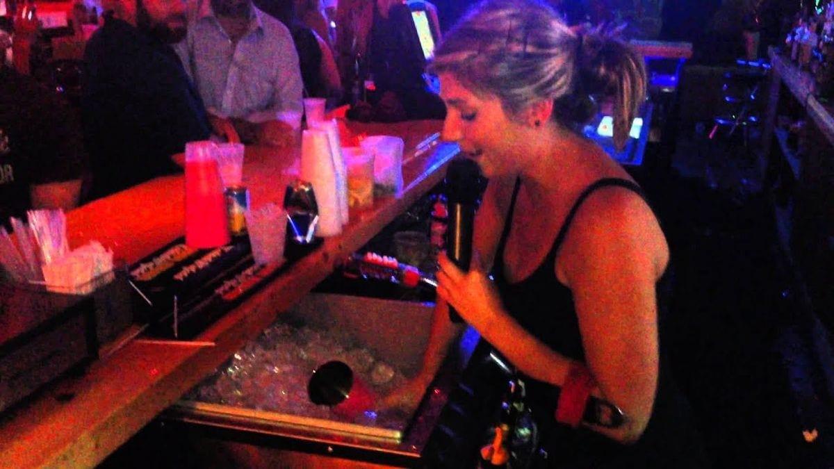 Multitasking at its best: Singen und gleichzeitig Gäste an der Bar bedienen | Awesome | Was is hier eigentlich los?