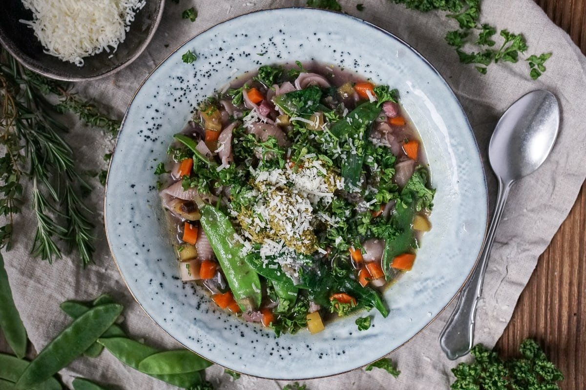 Line kocht Frühlings-Minestrone mit extra viel Gemüse | Line kocht | Was is hier eigentlich los?