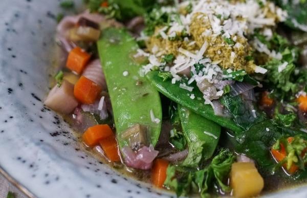 Line kocht Frühlings-Minestrone mit extra viel Gemüse | Line kocht | Was is hier eigentlich los? | wihel.de