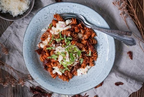 Line kocht Pasta mit Rotwein, getrockneten Tomaten und Mozzarella | Line kocht | Was is hier eigentlich los?