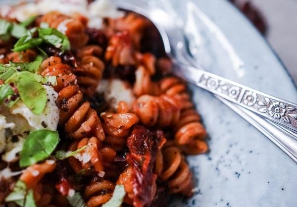 Line kocht Pasta mit Rotwein, getrockneten Tomaten und Mozzarella | Line kocht | Was is hier eigentlich los? | wihel.de
