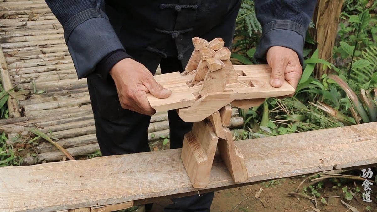 Ein Klappstuhl aus einem einzigen Stück Holz gebastelt | Handwerk | Was is hier eigentlich los?