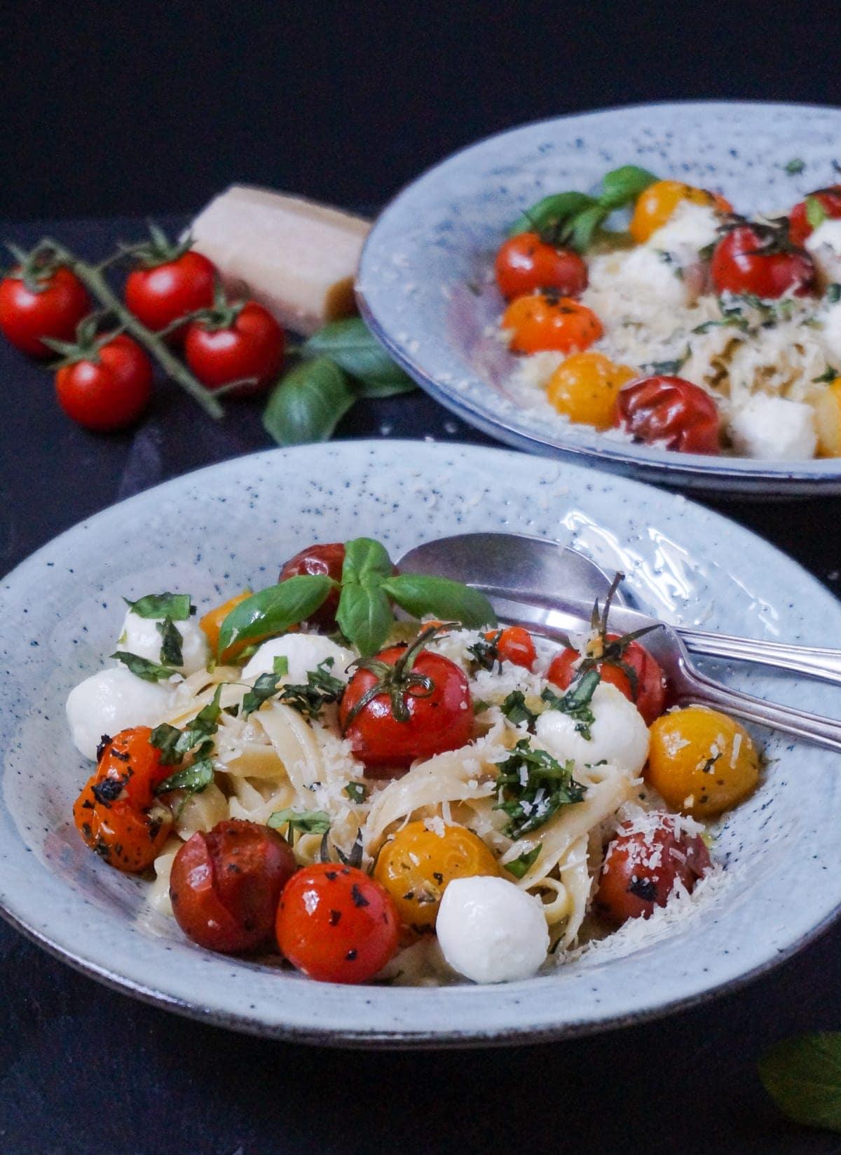 Line kocht Pasta Carbonara mit gerösteten Ofentomaten und Mozzarella | Line kocht | Was is hier eigentlich los?