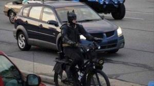 Der Umwelt zuliebe: Auch Batman steigt aufs Fahrrad um | Lustiges | Was is hier eigentlich los?