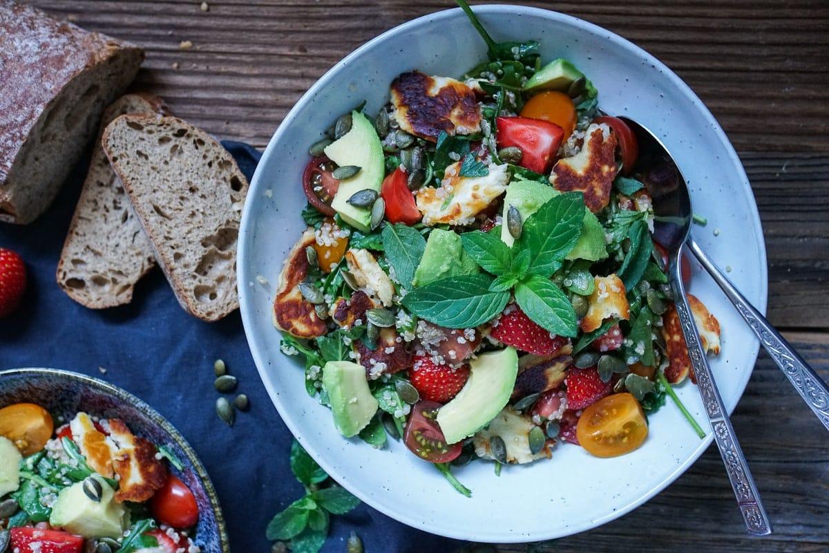 Line macht Erdbeer-Avocado-Salat mit Halloumi und Quinoa | Line kocht | Was is hier eigentlich los?